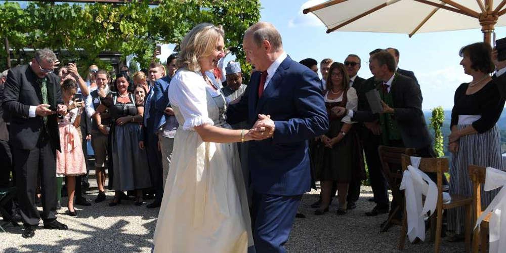 Ο Πούτιν όχι μόνο πήγε στον γάμο αλλά και χόρεψε με την Αυστριακή ΥΠΕΞ
