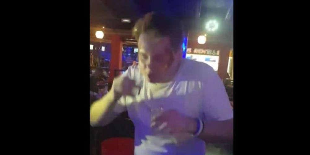 Βρετανός στην Ζάκυνθο ήπιε 30 σφηνάκια σαμπούκα σε 59 δευτερόλεπτα για να μην πληρώσει τον λογαριασμό [βίντεο]