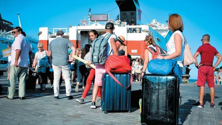 Τουρισμός: Ξαφνικό φρένο στα έσοδα Ιουλίου και Αυγούστου – Άνοδος των αφίξεων, λιγότερες αφίξεις και στην Κρήτη