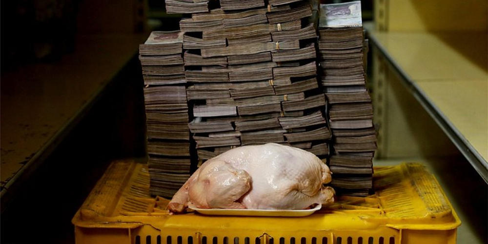 Σοκ: Για να αγοράσεις ένα κοτόπουλο στην Βενεζουέλα θέλεις μία… βαλίτσα χρήματα