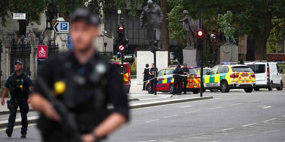 Τρομοκρατική επίθεση στο Λονδίνο: Αυτοκίνητο έπεσε πάνω στο φράκτη του Κοινοβουλίου [βίντεο]