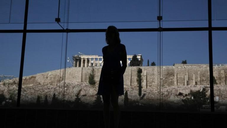 BBC: Η ζημιά για τους νέους Έλληνες έχει ήδη γίνει – Ορατές για δεκαετίες οι συνέπειες του τρίτου μνημονίου