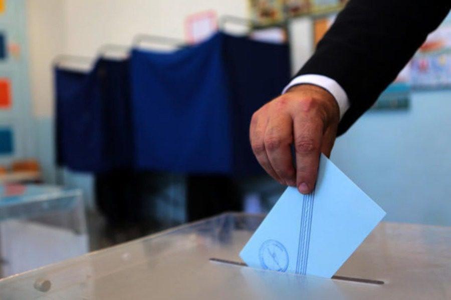 Δημοσκόπηση: Προβάδισμα της ΝΔ αλλά με μείωση διαφοράς ΣΥΡΙΖΑ