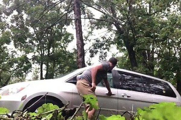 Δεν το σκέφτηκαν καλά πριν κλειδώσουν τον απρόσκλητο επισκέπτη μέσα στο αυτοκίνητο