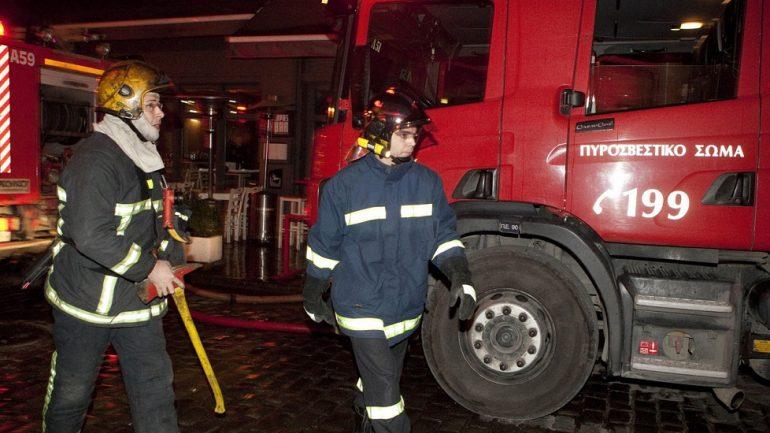 Στις φλόγες ένα αυτοκίνητο και δύο δίκυκλα