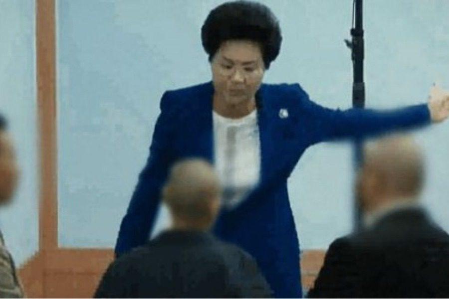Βίντεο σοκ δείχνει την αρχηγό αίρεσης στη Νότια Κορέα να χτυπάει άγρια τους πιστούς