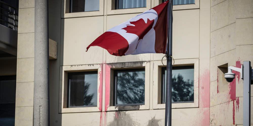 Ρουβίκωνας κατά επενδύσεων: Έκαναν γυαλιά-καρφιά την πρεσβεία του Καναδά