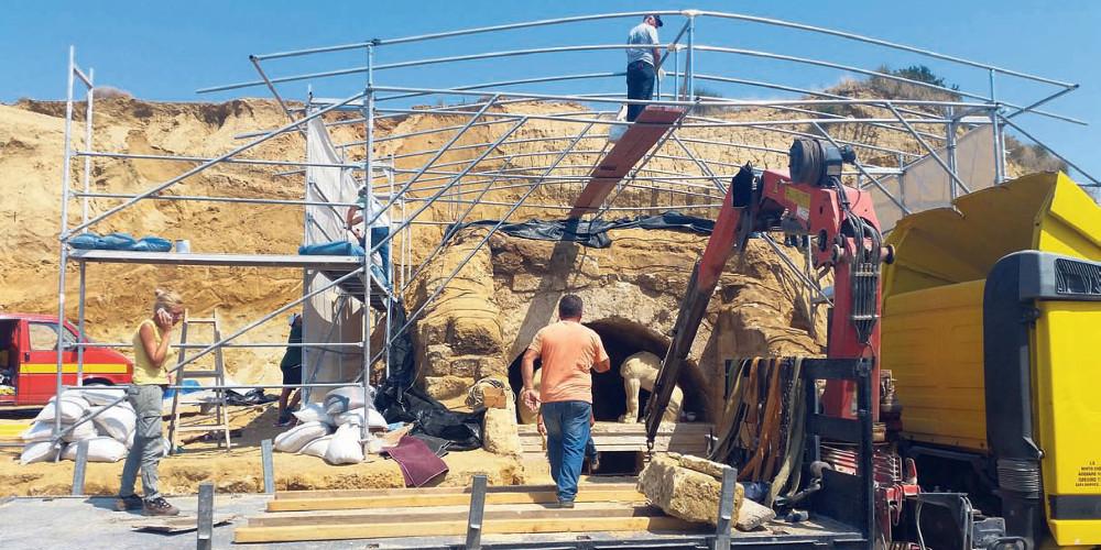Εντυπωσιακή ξενάγηση στα άδυτα του ταφικού μνημείου στο λόφο Καστά στην Αμφίπολη
