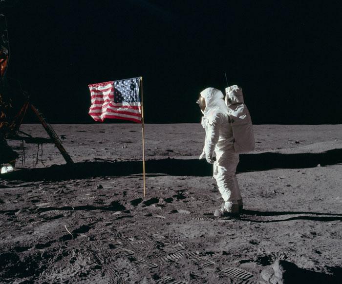 Μια φωτογραφία άναψε φωτιές για το αν οι Αμερικανοί πάτησαν στη Σελήνη