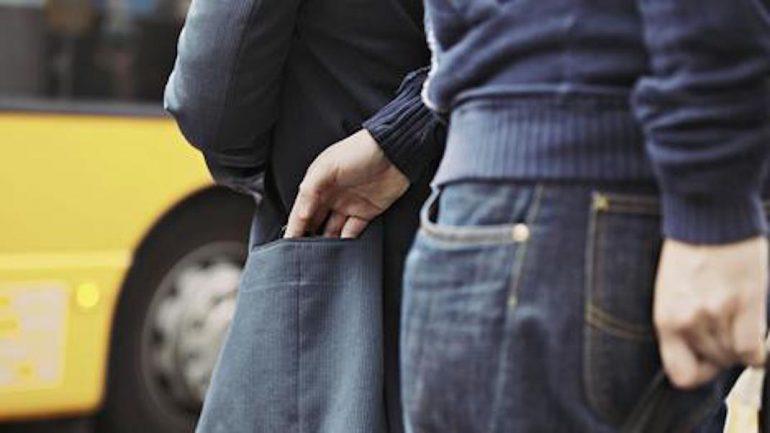 Τάχα ζητούσε οδηγίες αλλά … έκλεβε πορτοφόλια !