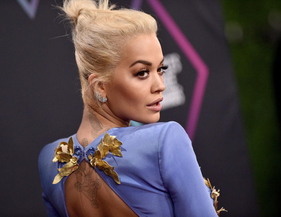 H Rita Ora χαλαρώνει φορώντας μόνο ένα μαύρο σουτιέν