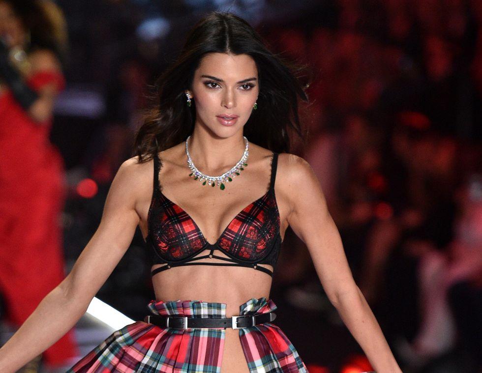 H Kendall Jenner φοράει δαντελένια εσώρουχα και αφήνει πολύ λίγα στη φαντασία