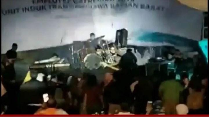 """Η στιγμή που το τσουνάμι """"καταπίνει"""" τη σκηνή σε συναυλία στην Ινδονησία – ΒΙΝΤΕΟ"""
