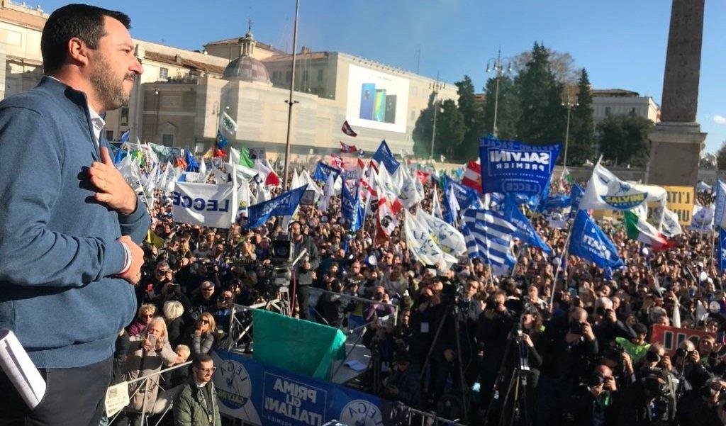 Συγκλονιστικές στιγμές στην Ρώμη – Υψώθηκε η Ελληνική σημαία στην ομιλία Σαλβίνι: «Στόχος να συντρίψουμε την παγκοσμιοποίηση»
