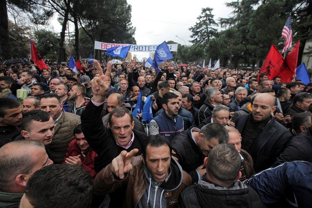 Στάζουν μίσος οι Αλβανοί: «Πρέπει να συγκρουστούμε με τους Έλληνες στο Αργυρόκαστρο» – Κάποιοι θέλουν να χυθεί αίμα!