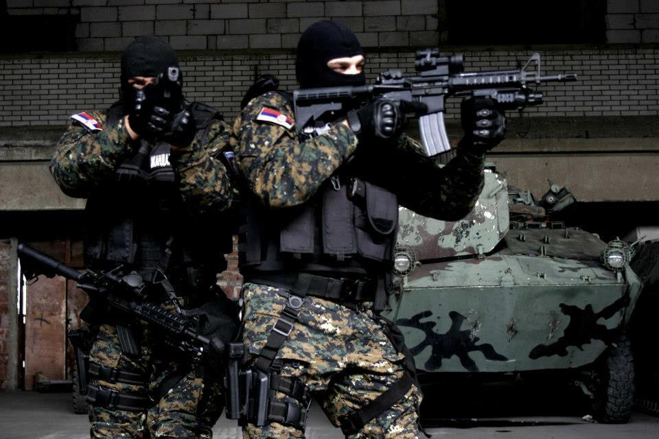 Aκροβολίζονται οι Σέρβοι στρατιώτες – Κινητικότητα στα σύνορα με το Κόσοβο – H Mόσχα προειδοποιεί την Πρίστινα: «Ετοιμαστείτε για σύγκρουση»