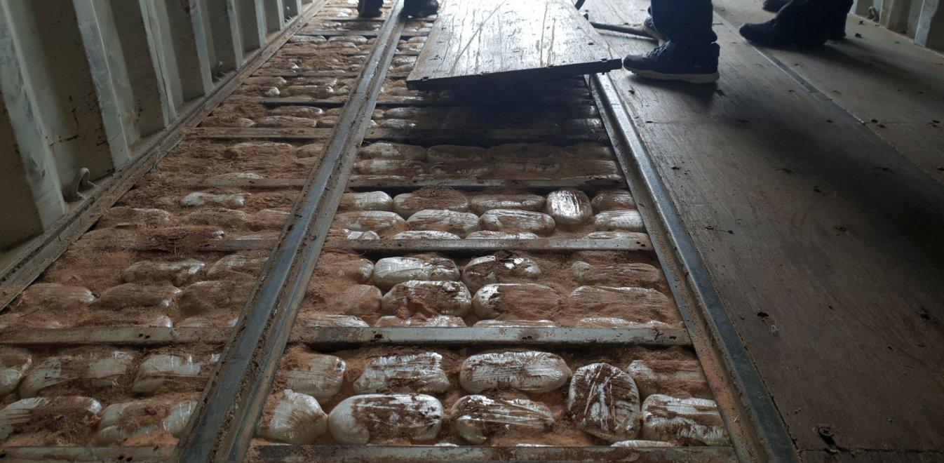 Έτσι μετέφεραν 6 τόνους κάνναβης και χαπιών αξίας 100 εκάτ. ευρώ! Εικόνες από το πλοίο