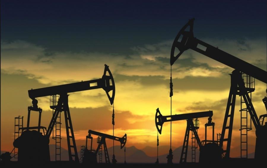 Σύμφωνα με τον ΟΠΕΚ, η αυξημένη παραγωγή της Σαουδικής Αραβίας αντιστάθμισε την πτώση που σημειώθηκε στις εξαγωγές του Ιράν Στο γεγονός ότι η Σαουδική Αραβία κατάφερε να αντισταθμίσει τη μείωση που σημειώθηκε στην παραγωγή του Ιράν, αναφέρθηκε σήμερα (12/12) ο ΟΠΕΚ, μέσω της μηνιαίας έκθεσης που δημοσίευσε για τον Νοέμβριο του 2018, προχωρώντας ωστόσο σε μείωση των εκτιμήσεών της για τη ζήτηση πετρελαίου το 2019. Ειδικότερα, η συνολική παραγωγή των χωρών του ΟΠΕΚ υποχώρησε κατά μόλις 11 χιλ. βαρέλια ημερησίως σε σχέση με τον Οκτώβριο του 2018, στα 32,97 εκατ. βαρέλια συνολικής ημερήσιας παραγωγής, παρά την εκ νέου επιβολή κυρώσεων των ΗΠΑ σε βάρος του Ιράν. Μάλιστα, η παραγωγή της Σαουδικής Αραβίας αυξήθηκε κατά 377 χιλ. βαρέλια ημερησίως σε μηνιαία βάση, στα 11,02 εκατ. βαρέλια συνολικά, αντισταθμίζοντας την πτώση της τάξεως των 380 χιλ. βαρέλια ημερησίως που σημειώθηκε στο Ιράν, με την συνολική παραγωγή της Τεχεράνης να υποχωρεί στα 2,95 εκατ. βαρέλια ημερησίως. Παράλληλα, η παργωγή των Ηνωμένων Αραβικών Εμιράτων και του Κουβέιτ αυξήθηκαν κατά 71 χιλ. και 45 χιλ. βαρέλια ημερησίως αντίστοιχα, ενώ αντίθετα η παραγωγή σε Βενεζουέλα και Νιγηρία υποχώρησε κατά 52 χιλ. και 30 χιλ. βαρέλια ημερησίως αντίστοιχα. Σε ότι αφορά τη ζήτηση για το τρέχον έτος, ο ΟΠΕΚ εκτιμά ότι αυτή θα διαμορφωθεί κατά μέσο όρο στα 1,5 εκατ. βαρέλια ημερησίως, γεγονός που αποτελεί επί τα χείρω αναθεώρηση κατά 150 χιλ. βαρέλια σε σχέση με τις εκτιμήσεις του Ιουλίου. Για το 2019, ο Οργανισμός εκτιμά ότι η ζήτηση θα είναι μειωμένη κατά 160 χιλ. βαρέλια ημερησίως σε σχέση με τις προηγούμενες εκτιμήσεις, στα 1,29 εκατ. βαρέλια ημερησίως. Αντίθετα, η παραγωγή των χωρών εκτός ΟΠΕΚ αναμένεται να αυξηθεί κατά 190 χιλ. βαρέλια ημερησίως περισσότερο σε σύγκριση με τις προβλέψεις του περασμένου μήνα, στα 2,5 εκατ. βαρέλια συνολικά, ενώ οι αντίστοιχες προβλέψεις για το 2019 αναθεωρήθηκαν ανοδικά κατά 80 χιλ. βαρέλια ημερησίως, στα 2,16 εκατ. βαρέλια συνολικά. Σημειώνεται ότι κατά τη διάρκεια της σημερινής 