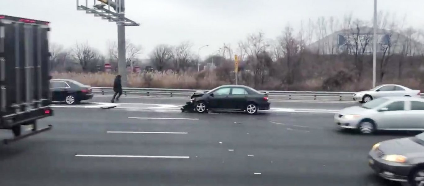 ΗΠΑ: Άρχισε να «βρέχει χρήματα» σε αυτοκινητόδρομο προκαλώντας κυκλοφοριακό κομφούζιο (φωτο – βίντεο)