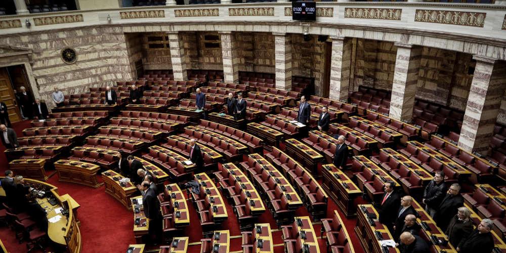 Χαμός στην Βουλή: «Σκάσε ρε τσόκαρο» – «Κάτσε κάτω ρε γελοίε»