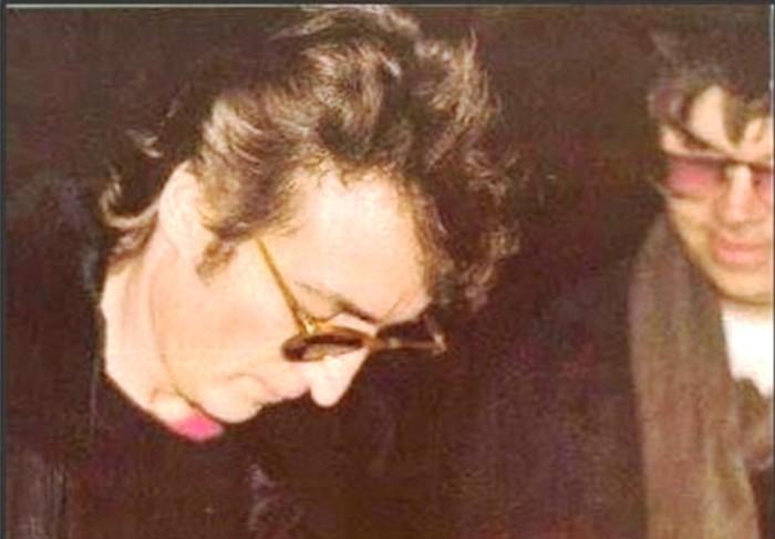 Η φωτογραφία που ο Λένον υπογράφει αυτόγραφο στον δολοφόνο του, λίγο πριν τον πυροβολήσει πέντε φορές πίσω από την πλάτη