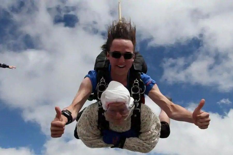 Το λέει η καρδιά της: Γυναίκα 102 ετών κάνει ελεύθερη πτώση από τα 14.000 πόδια!