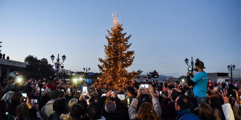 Άναψε το χριστουγεννιάτικο δέντρο στο Μάτι – Συγκλονίζουν οι μαρτυρίες των εγκαυματιών