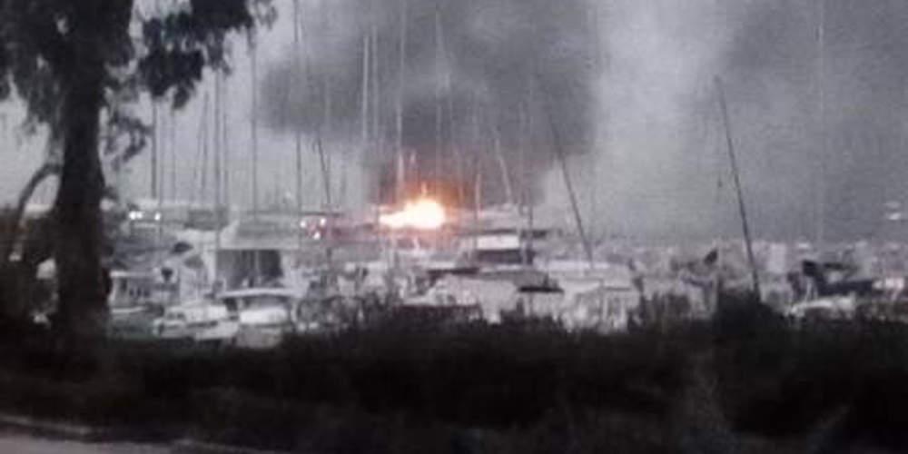 Πυρκαγιά σε δύο ιστιοφόρα στο παλιό λιμάνι της Πάτρας [βίντεο]