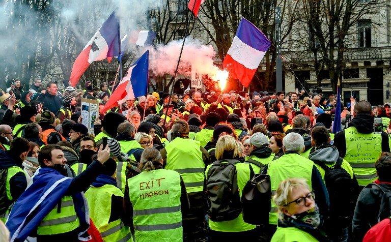 Εμπόλεμη ζώνη η Γαλλία: Σφαίρες και χημικά κατά των «Κίτρινων Γιλέκων» – Έρχονται τα «Κόκκινα Φουλάρια» του Ε.Μακρόν – Κλίμα εμφυλίου