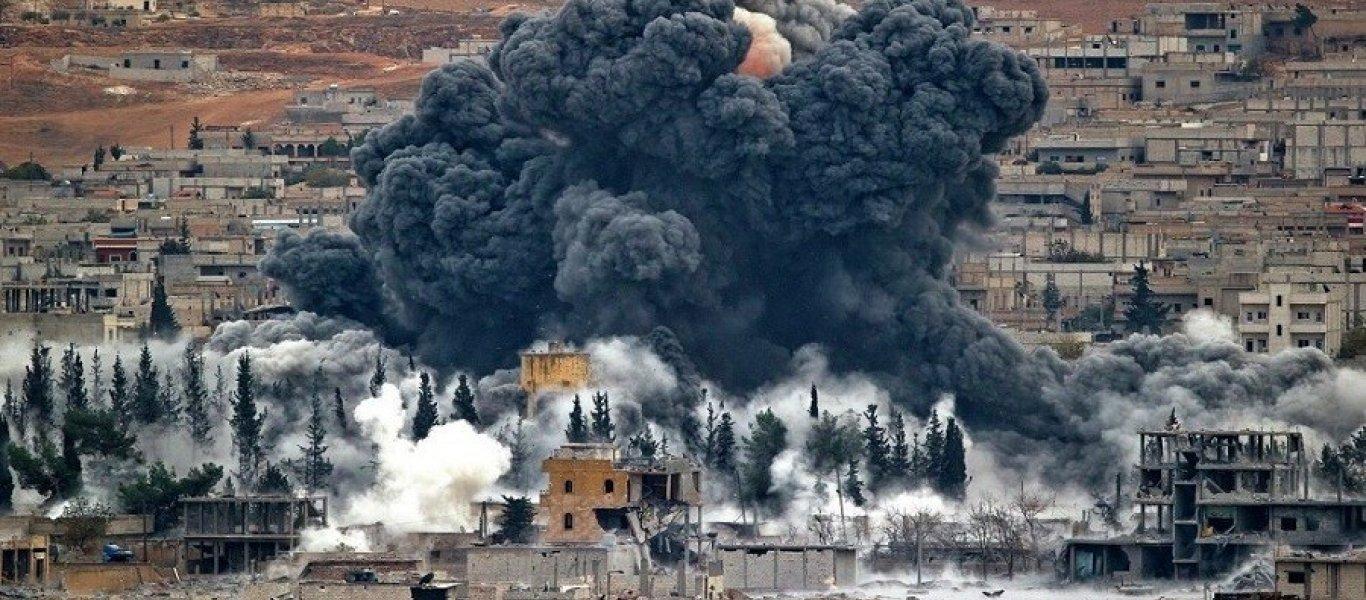 Τουλάχιστον εννέα νεκροί και 20 τραυματίες προκάλεσε έκρηξη βομβας IED στη Μανμπίτζ της βόρειας Συρίας.  Ανάμεσα στους νεκρούς είναι και 5 νεκροί Αμερικανοί στρατιώτες που πιθανότατα είναι μέλη των Delta Force που δρουν στην περιοχή αλλά αυτό είναι κάτι που δεν θα επιβεβαιώσει το Πεντάγωνο καθώς τα στελέχη αυτά εκτελούν πάντα αποστολές Black Ops.  Το περιστατικό, σύμφωνα με το Al Jazeera, έλαβε χώρα ενώ διερχόταν από το σημείο περίπολος του διεθνούς στρατιωτικού συνασπισμού.   Mια αυτοσχέδια βόμβα ΙΕD (Improvised explosive device) εξερράγη την κατάλληλη στιγμή ακριβώς όπως έχει γίνει χιλιάδες άλλες φορές σε Ιράκ και Αφγανιστάν  Την ίδια ώρα, πληροφορίες αναφέρουν ότι η έκρηξη σημειώθηκε κοντά σε καφετέρια, όπου είχαν συγκεντρωθεί οι επικεφαλής του τοπικού στρατιωτικού συμβουλίου και οι εκπρόσωποι των ξένων αντιπροσωπειών.  Η Μανμπίτζ βρίσκεται στη βόρεια επαρχεία του Χαλεπίου, η οποία έχει αλλάξει «χέρια» τρεις φορές από την έναρξη του εμφύλιου πολέμου, το 2011.  Μετά την προαναγγελία αποχώρησης των αμερικανικών δυνάμεων, και δεδομένης της συγκέντρωσης τουρκικού στρατού στα σύνορα Τουρκίας-Συρίας, οι κουρδικές δυνάμεις των YPG, οι οποίες ελέγχουν την περιοχή, έχουν ζητήσει την προστασία των κυβερνητικών στρατευμάτων του Μπασάρ αλ-Άσαντ.  Το ποιος έβαλε την βόμβα δεν είναι γνωστό αλλά μπορεί να είναι ο οποιοσδήποτε: Από τουρκόφωνους μισθοφόρους μέχρι και ομάδες που πρόσκεινται στους Κούρδους.  Οι μεν θα ήθελαν τους Αμερικανούς άμεσα αποχωρούντες οι δε παραμένοντες. Άγνωστο το πως θα αντιδράσουν οι ΗΠΑ.