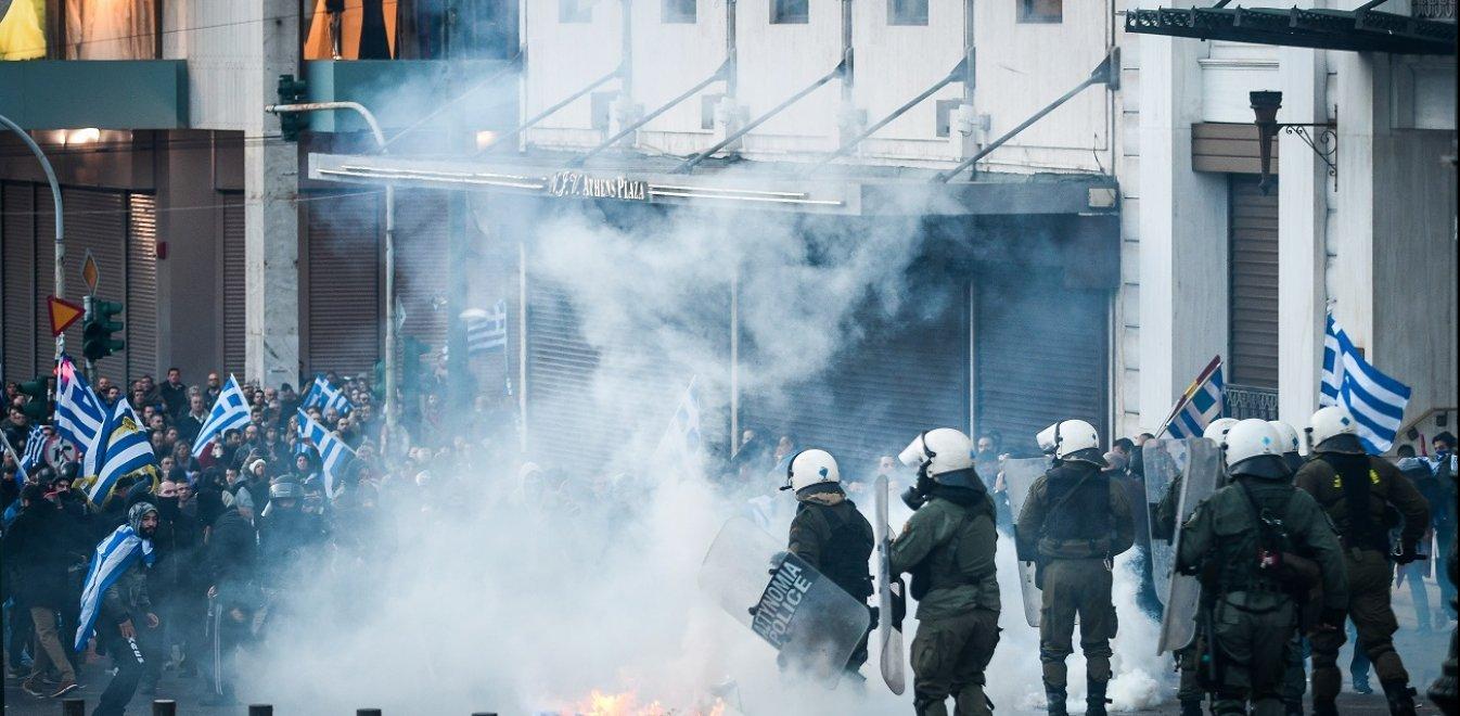 Συλλαλητήριο για τη Μακεδονία: 30 καρέ από τις μάχες σώμα με σώμα στο Σύνταγμα