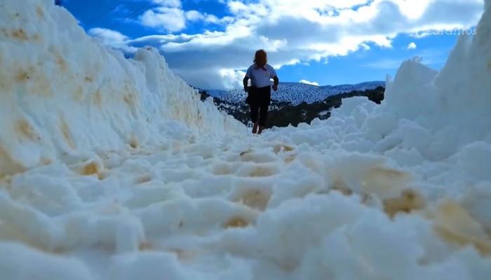 Έτρεχε ξυπόλυτος στον χιονισμένο Ψηλορείτη !