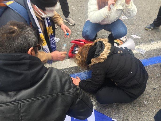 EKTAKTO: Διαδηλωτές στο έδαφος από χημικά – Άγριο ξύλο κατά πατριωτών & τραυματίες – Τα ΜΑΤ ζητούν ενισχύσεις!