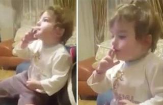 Εξοργιστικό βίντεο δείχνει παιδί 2 ετών να καπνίζει ενώ ενήλικοι δίπλα του χασκογελάνε