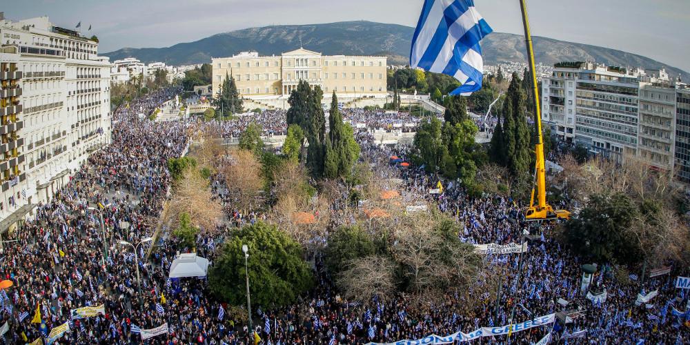 Live το μεγάλο συλλαλητήριο – Mε το «Μακεδονία ξακουστή» οι διαδηλωτές στο Σύνταγμα [εικόνες & βίντεο]