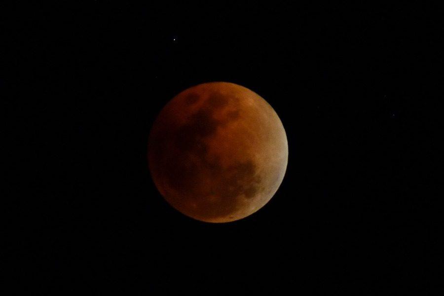 Νέα Σελήνη: Πώς επηρεάζονται τα ζώδια από το Ματωμένο Φεγγάρι