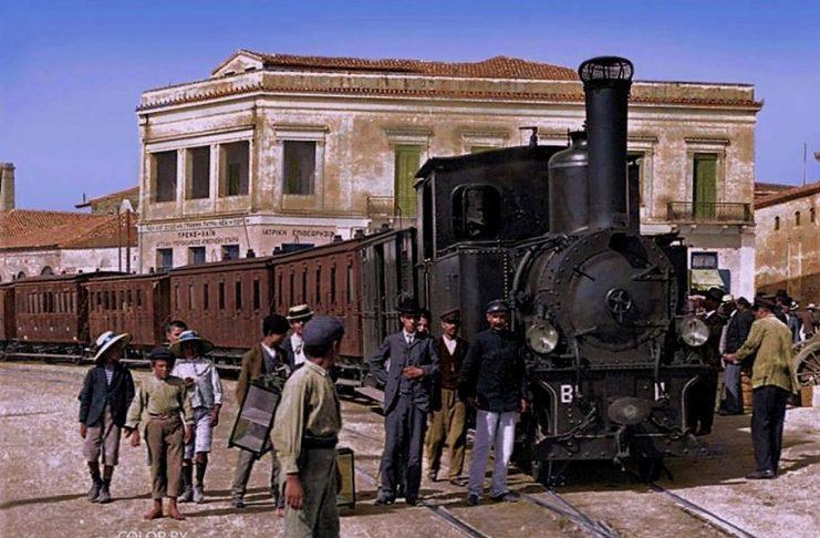 Αυτό είναι το πρώτο τρένο που ένωσε την Πάτρα με την Αθήνα. Ο σιδηρόδρομος της Πελοποννήσου προέβλεπε χωρίσματα στα βαγόνια για τις γυναίκες που ταξίδευαν μόνες …