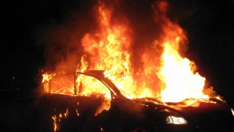 Στις… φλόγες σταθμευμένο αυτοκίνητο
