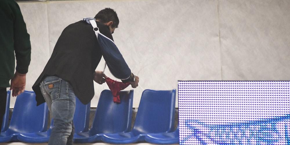 Ο Γιαννακόπουλος άφησε γυναικείο εσώρουχο στον άδειο πάγκο του Ολυμπιακού [εικόνες]