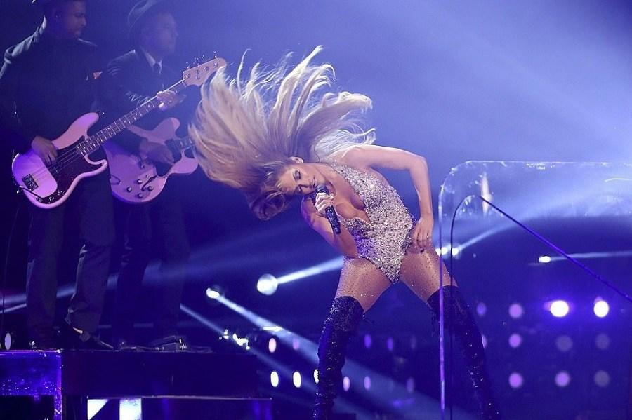 Grammy 2019: Η αποκαλυπτική εμφάνιση της Jennifer Lopez στη σκηνή προκάλεσε παραλήρημα