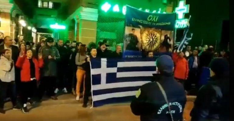 Kαθεστώς ΣΥΡΙΖΑ: Προσαγωγή δυο ατόμων επειδή είχαν Ελληνικές σημαίες στη Δράμα! – Εθνική τραγωδία