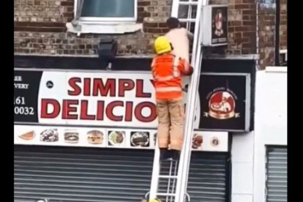 Οίκος ανοχής έπιασε φωτιά και οι πυροσβέστες έβγαλαν… γuμνό άντρα από το παράθυρο