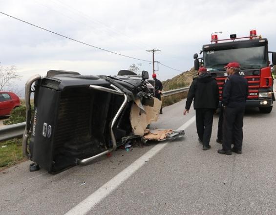 Tυχερός ο οδηγός μετά την ανατροπή του αυτοκινήτου