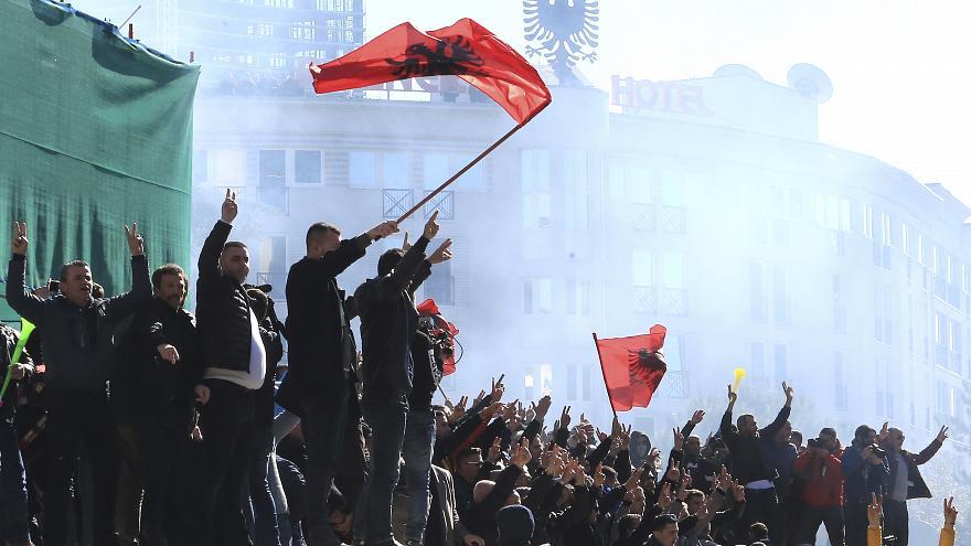 Οι Αλβανοί μεταφέρουν το χάος στην Ελλάδα – Διαδηλώσεις της αντιπολίτευσης στην Αθήνα – Έκρυθμη η κατάσταση στα Βαλκάνια