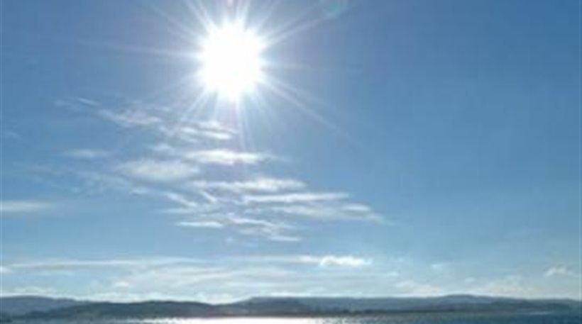 Ηλιοφάνεια με λίγες νεφώσεις σε όλη τη χώρα