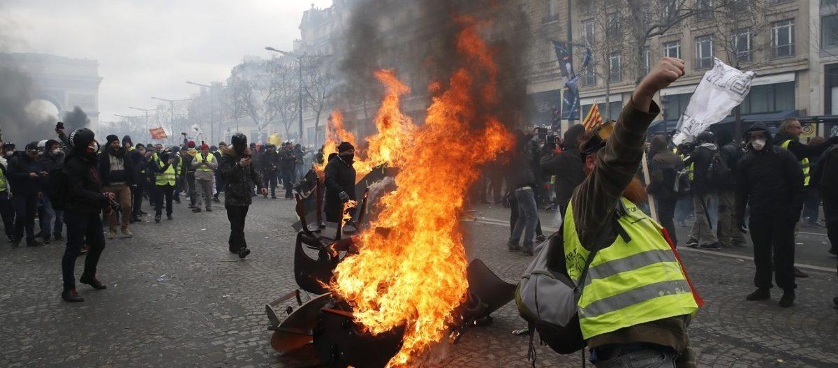 Αντίστροφη μέτρηση για το «πολιτικό τέλος» του Ε.Μακρόν: Tα Κίτρινα Γιλέκα «βγάζουν» πρώτη την Μ.Λεπέν – Χάος στο Παρίσι