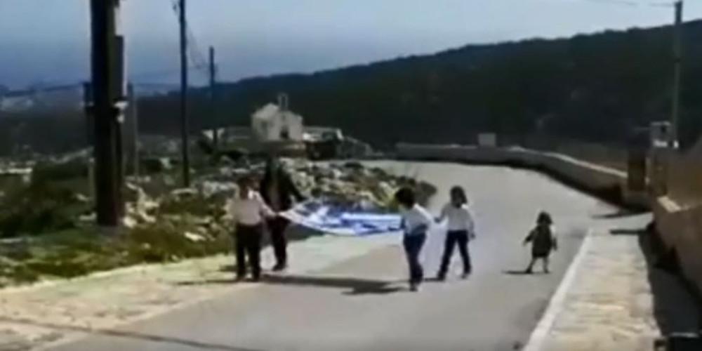 Ρίγη συγκίνησης: Παρέλαση τριών μαθητών στη Γαύδο [βίντεο]