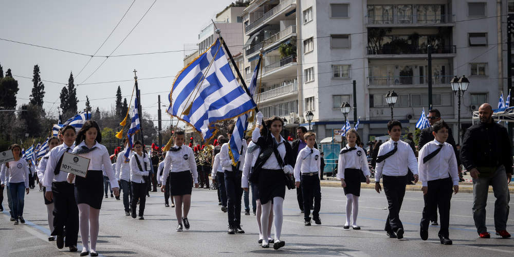Ολοκληρώθηκε η μαθητική παρέλαση στην Αθήνα – Μικροεντάσεις και 2 προσαγωγές διαδηλωτών [εικόνες]