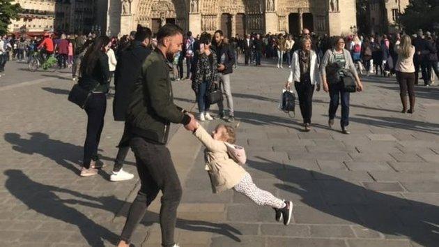 Γιατί όλοι ψάχνουν τον άντρα με το κοριτσάκι της φωτογραφίας έξω από την Παναγία των Παρισίων;