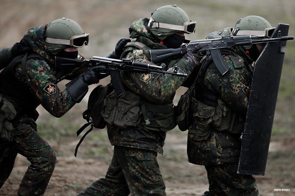 Θα «μιλήσουν» τα όπλα στο Β.Κόσοβο: H Ρωσία στέλνει κομάντο στις περιοχές Σέρβων – Πρόκληση Αμερικανού πρέσβη σε σερβικό σχολείο